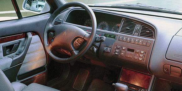 Стык 1990-х и 2000-х — период угасания интереса к биодизайну, но у дизайнеров Citroen именно в это время получались очень плавные и уютные интерьеры, хотя внешне машины вовсе не были округлыми. Этот, например, и сейчас смотрится актуально.