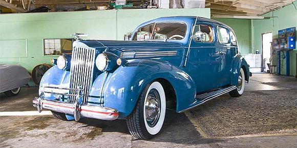 Она считает машины тридцатых годов прошлого века самыми элегантными. В магазин и на занятия балетом она ездит на голубом Packard 1939 года выпуска без усилителя руля и тормозов. Как ее зовут?