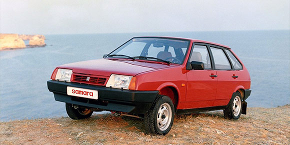 Настоящим хитом продаж были сначала ВАЗ-2109, а позже 21099 и 2114. Новую машину было купить сложно, а подержанные уходили быстро и иногда даже дороже новых. Помните, как в народе прозвали «Девятку»?