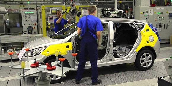 Кстати, крупнейшие автопроизводители все чаще используют роботов. Некоторые процессы производства уже сейчас проходят без вмешательства человека. Догадаетесь, на каком этапе сборки человек почти не нужен?