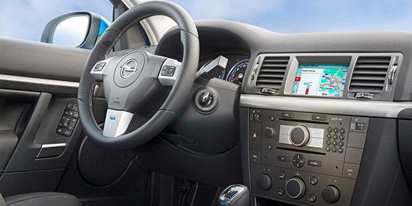 Теперь про Opel эпохи техностиля с рублеными формами консоли и круглыми «шайбами» в ее центре, предназначенными для управления медиасистемой. Это решение применялось с 2002 аж до 2014 года. И вот характерный пример. Узнаете?