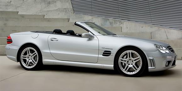 Он считал шрифт автомобильных номеров слишком уродливым и принципиально не регистрировал свои машины. По калифорнийским законам, на регистрацию машины отводилось шесть месяцев. Поэтому каждый полгода этот человек менял серебристый Mercedes-Benz SL55 AMG на такой же новый. Назовите его имя.