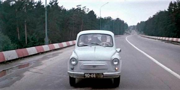 «Горбатый!..». Стоп, это цитата из другого фильма и вообще не про машину. Тем не менее, вы смотрите на «горбатый» запорожец, который снимался много где, но самую главную роль сыграл именно в этой ленте.