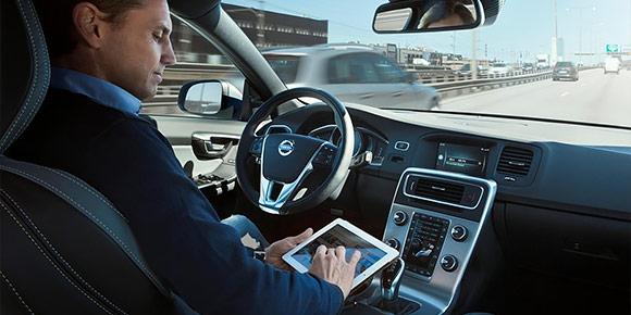 Глава Volvo Хакан Самуэльссон заявил, что опциональная функция автопилота появится на шведских автомобилях уже в 2021 году. При этом топ-менеджер даже назвал ее приблизительную стоимость. Так сколько же клиенту придется доплатить?