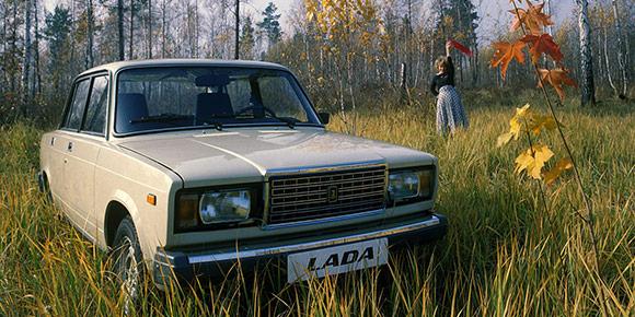 Несмотря на то, что в 1990-е в Россию хлынул поток иномарок, не все могли позволить себе дорогую покупку, поэтому продукция АвтоВАЗа пользовалась огромным спросом. Помните, как экономили на новых «Жигулях»?