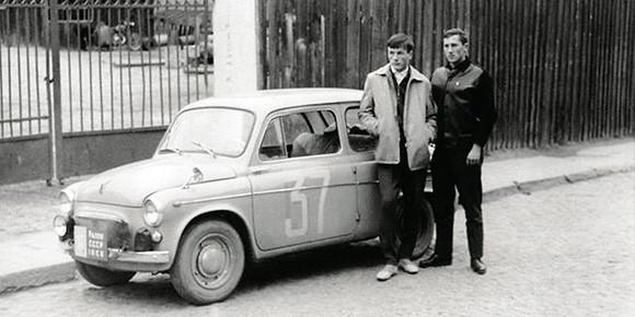 Да, «Запорожец» был медленным, но в то же время легким и маневренным — а потому даже выступал в гонках. Именно ЗАЗ-965 стал одним из первых автомобилей одного очень титулованного и известного в Союзе гонщика — вот он, в светлой куртке рядом со своим «болидом». Узнаете легенду?