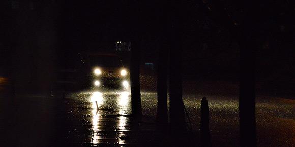 Ночь, трасса без искусственного освещения. Вы едете, конечно же, с дальним светом. Вдруг появляется встречный автомобиль. В ГАИ спрашивают: «На каком расстоянии нужно переключиться с дальнего на ближний?»