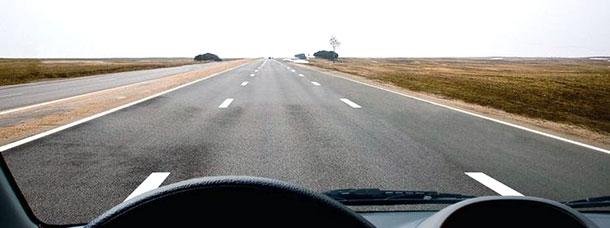 Широкая и пустая загородная магистраль, на которой вы никому не мешаете. А по какой полосе требуют ехать Правила?