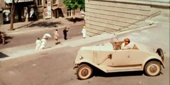 Один из первых фильмов Никиты Михалкова, «Раба любви», любопытен автомобильным энтузиастам выводком оригинальных иномарок-олдтаймеров, которые удалось собрать на съемки в 1975 году. На картинке — французский автомобиль главного героя в исполнении Родиона Нахапетова, а вам надо угадать марку.