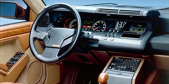 На рубеже 1980-х и 1990-х французы из Renault лепили совершенно космические интерьеры, хотя в их распоряжении тогда почти не было цифровых технологий. Оригинальным было все: от формы клавиш «печки» до иллюминации панели приборов. Где можно было увидеть, например, такую?