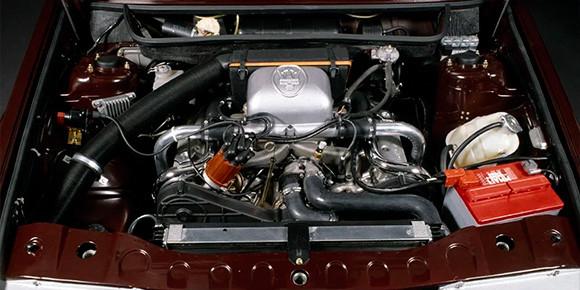 Не надо гадать, это двигатель Maserati. Вопрос в другом: какой именно технологией, ставшей сегодня совершенно обычной, уникален этот мотор? Подсказку можно найти на самой картинке.