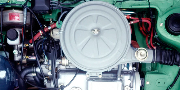 Более привычная сегодня компоновка с поперечным расположением силового агрегата и без всяких пластиковых крышек на двигателе, но еще с трамблером и воздушным фильтром на карбюраторе. Что это за машина?