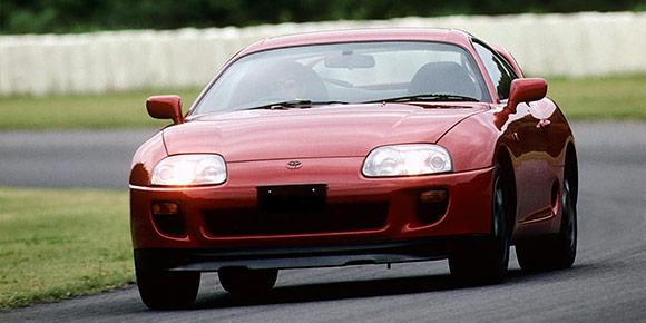 А вот это уже Toyota Supra четвертого поколения – легендарный спортивный автомобиль из 1990-х. Вспомните, сколько сил выдавал ее самый мощный мотор с заводскими настройками?
