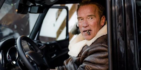 Специальный внедорожник был изготовлен для экс-губернатора и актера Арнольда Шварценеггера. Он развивает 490 л.с. и разгоняется до 100 км/ч всего за 5,6 секунд. Автомобиль брутален, но есть в нем и другое качество, которое «Железный Арни» ценит в автомобилях. Что это за автомобиль?