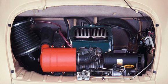 А вот явно заднемоторный вариант с компактным двигателем воздушного охлаждения. Таких машин было немного, поэтому наверняка угадаете быстро. Или опять не все очевидно?