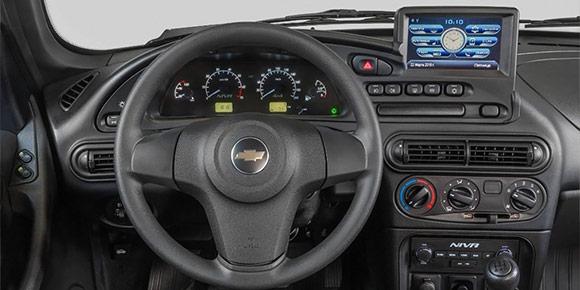 Это салон Chevrolet Niva, и в нем появилась штатная мультимедиа. Гигантский монитор а-ля планшет появился над щитком приборов. Причем эта система работает на базе Windows. Правда или фотошоп?
