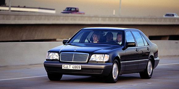 Начнем с самого простого (или нет). Один из самых дорогих и престижных автомобилей 1990-х – знаменитый «Шестисотый» Mercedes в кузове W140. Почему в народе его называли «кабан»?