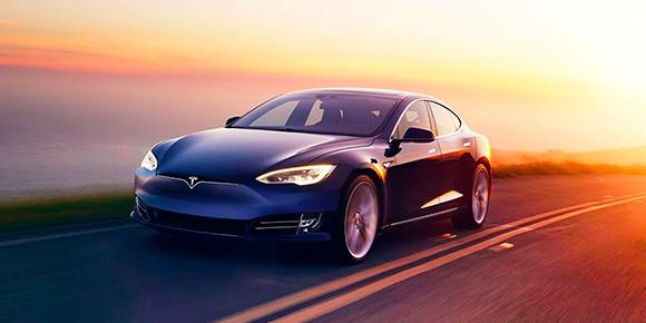 «Американцы создали суперавтомобиль. Я его так и называю. Tesla создала прекрасный электромобиль. Прислали мне этот автомобиль для тестирования. Во-первых, скорость набирает так, что все наши тестируемые машины немецкие на ДВС остались мгновенно позади и догнать не смогли. Стартует он как космический корабль: за 2,5 секунды набирает 100 км/ч». Помните, кто из лидеров так лестно отзывался о Tesla?
