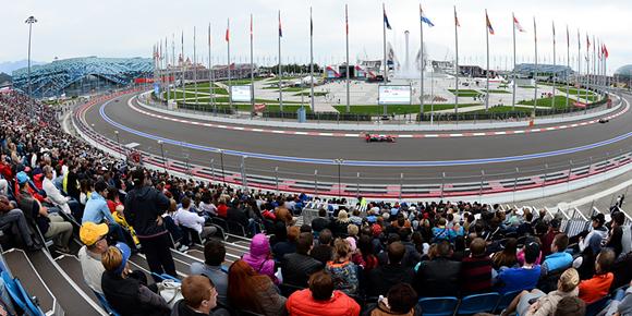 Как говорят сами гонщики, зрители – главное украшение любой трассы. А сколько всего посетителей вмещают трибуны «Сочи Автодрома»?