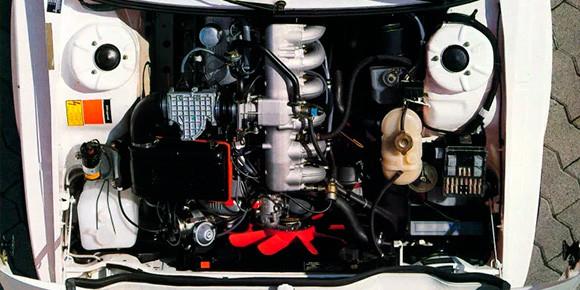 Еще одна машина классической компоновки конца 1970-х, которую проще всего опознать по числу и расположению цилиндров. Что скажете?