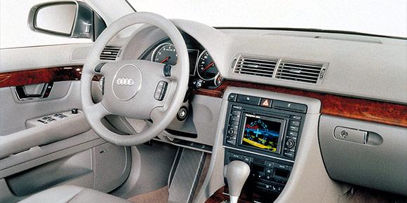 Модели Audi стали одинаковыми в 2000-х, когда обрели единый стиль и получили буквенно-цифровые обозначения. Салоны вообще делались под копирку. Этот, например, чей?