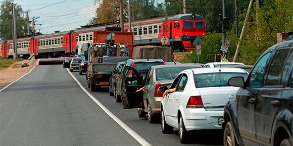 """Этой весной власти серьезно ужесточили штраф за проезд ж/д путей на """"красный"""". Помните, какое за это положено наказание?"""