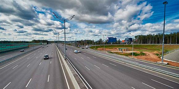 С прошлого года на любой платной дороге России можно платить транспондером любого оператора. И как теперь ездить дешевле всего?