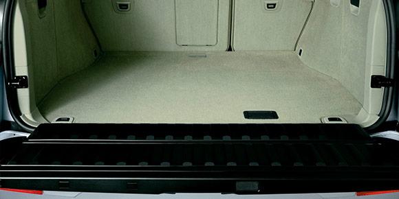 Вы удивитесь, когда узнаете, для какой машины написана эта инструкция: «Установить противооткатный клин на противоположном колесе. Открыть верхнюю и нижнюю крышку багажника и установить упор (1, рис. 1.74) до его фиксации, крючок (2) упора зацепить за скобу замка».