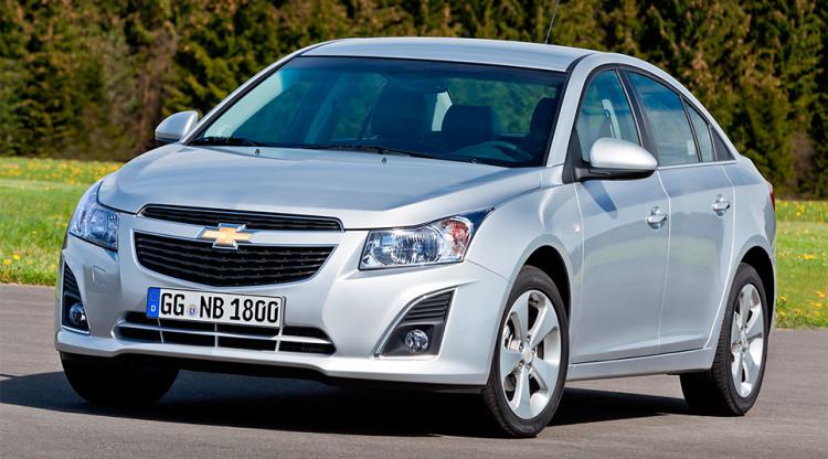 Chevrolet Cruze два года назад стабильно входил в топ-10 бестселлеров рынка, но в марте 2015-го General Motors объявил, что больше не будет собирать и продавать бюджетные Chevrolet в России. За сколько можно было купить седан Cruze с самым мощным мотором, кожаным салоном и навигацией?