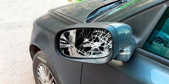 Представьте, что вам нужно срочно воспользоваться машиной, но у нее на парковке оторвали боковое зеркало. Какими санкциями это может обернуться, если вы все-таки решитесь поехать?