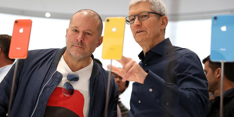 Дизайнер Джони Айв (слева) и глава корпорации Apple Тим Кук