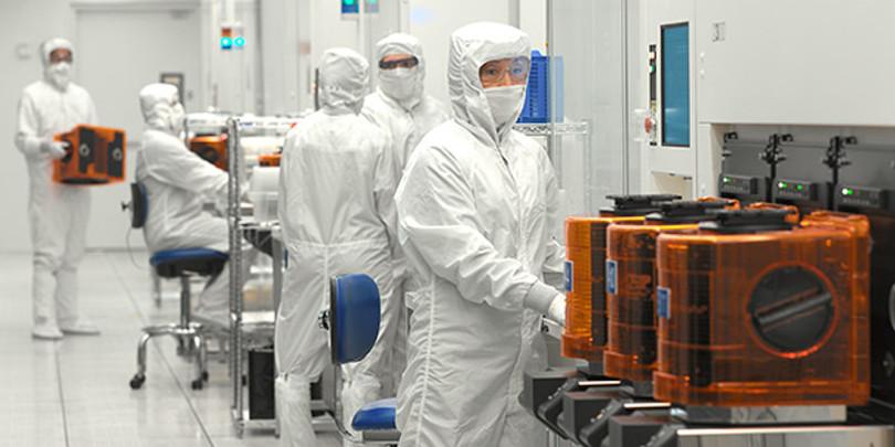 Сотрудники LAM Research в лаборатории