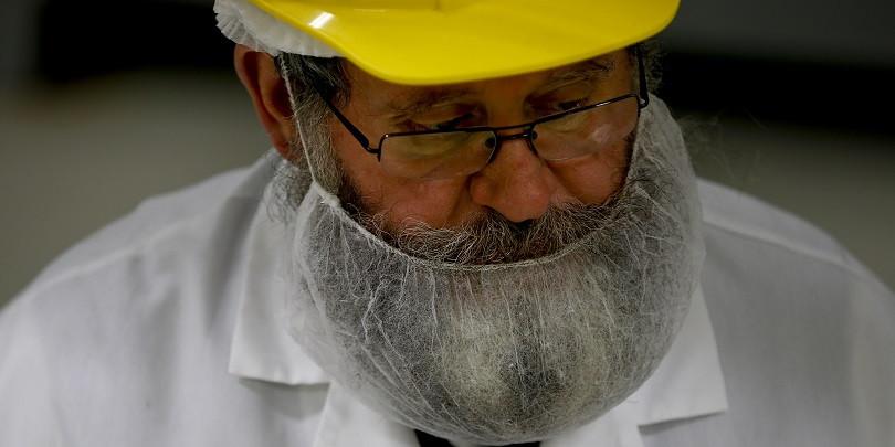 Инспектор-раввин Исаак Либерман проверяет предприятие в штате Нью-Джерси