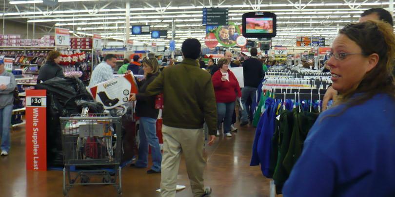 Покупатели в магазине Walmart