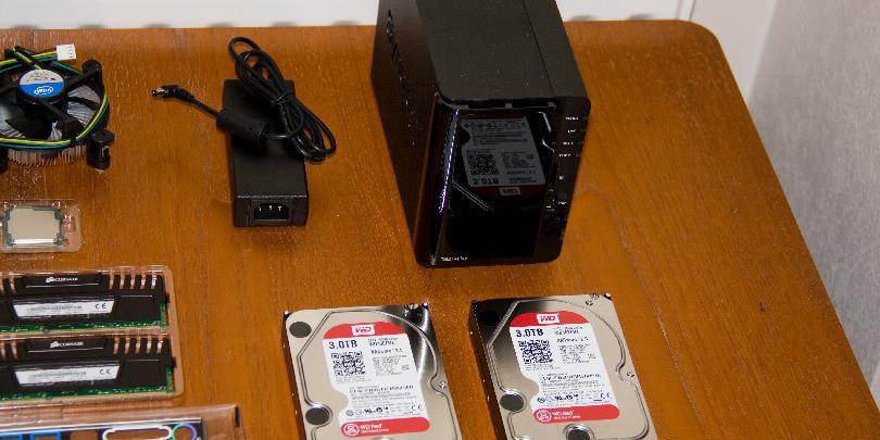 Жесткие диски Western Digital на столе вместе с другими деталями компьютера