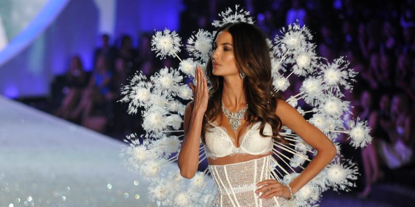 Американская топ-модельЛили Олдридж на показе Victoria's Secret в Нью-Йорке 13 ноября 2013 года