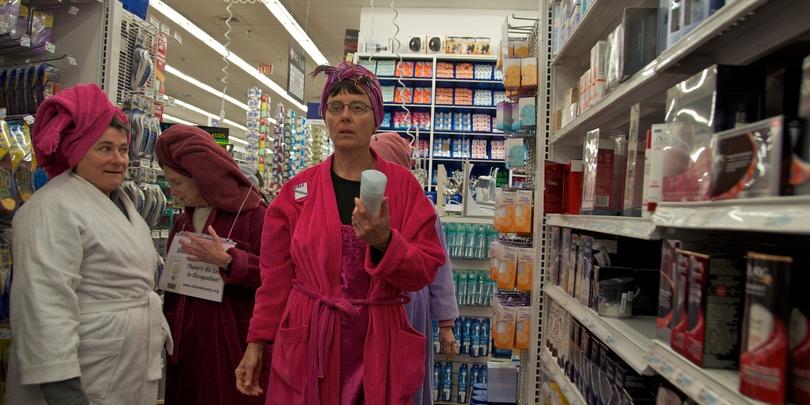 Посетительницы в американском магазине Bed Bath & Beyond