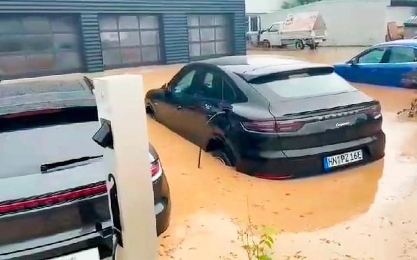 Автосалон с новыми Porsche затопило после наводнения. Видео