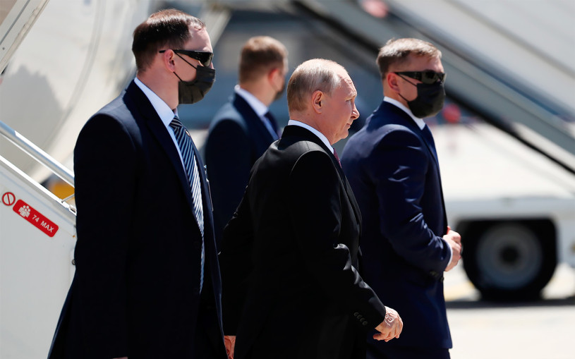 Путин прибыл на встречу с Байденом на лимузине Aurus. Видео