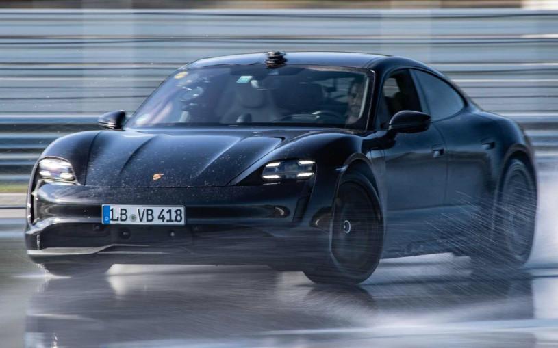 Porsche Taycan попал в Книгу Гиннесса за самый долгий дрифт. Видео