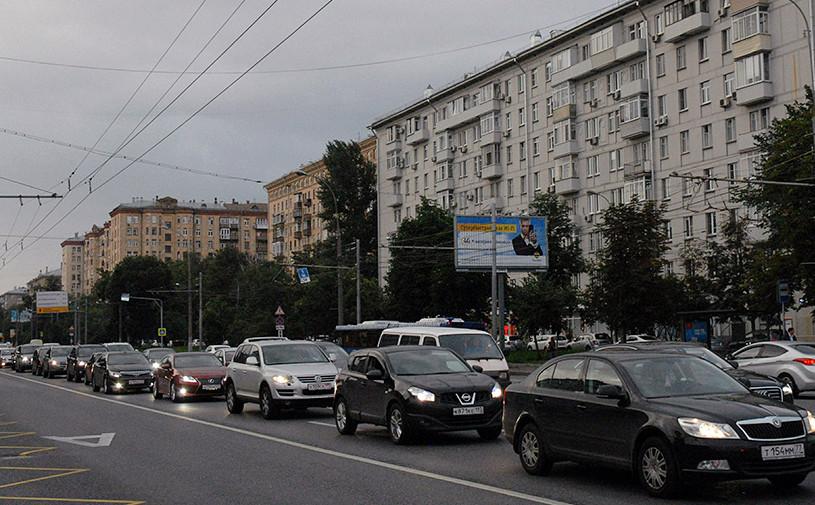 Московских водителей попросили пересесть на метро из-за грозы