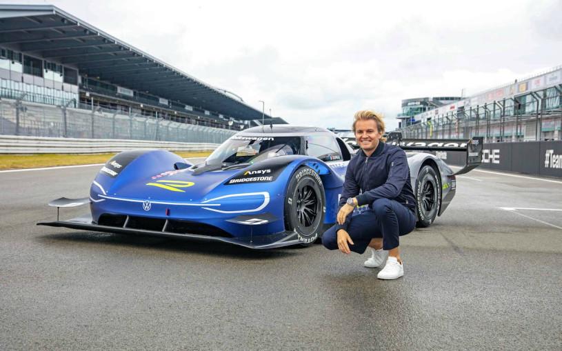 Чемпион Формулы-1 прокатился на быстрейшем в мире электрокаре. Видео
