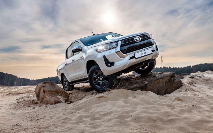 Toyota назвала российские цены на новую версию Hilux с бензиновым мотором