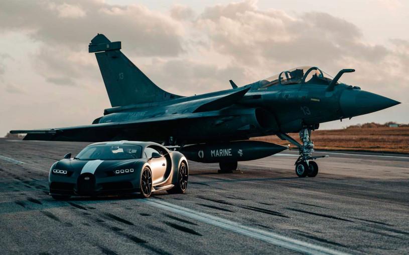 Гиперкар Bugatti устроил гонку с палубным истребителем. Видео