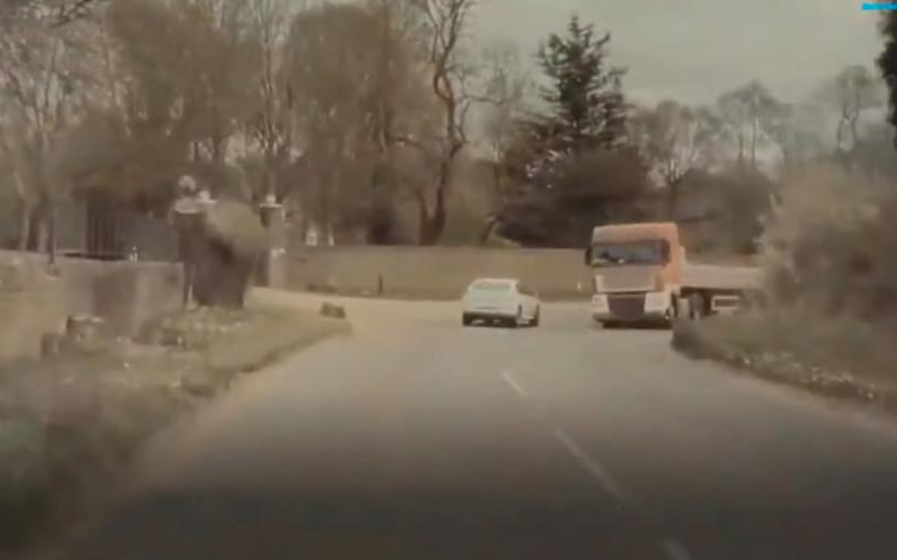 Бетонные блоки обрушились на электрокар Tesla во время движения. Видео