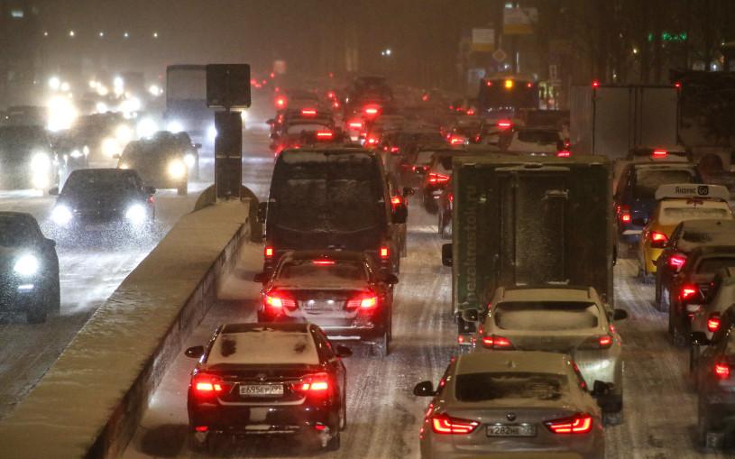 МКАД поехал по встречке. Как водители переживают снежный коллапс