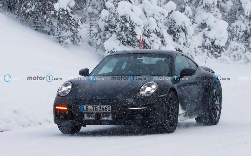 Вседорожную версию Porsche 911 сфотографировали на зимних испытаниях