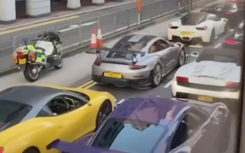 Полиция Гонконга остановила колонну из 45 суперкаров. Видео