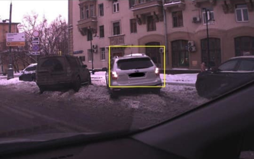 «Застряла, чудом никого не задела»: в Москве штрафуют за парковку в снегу