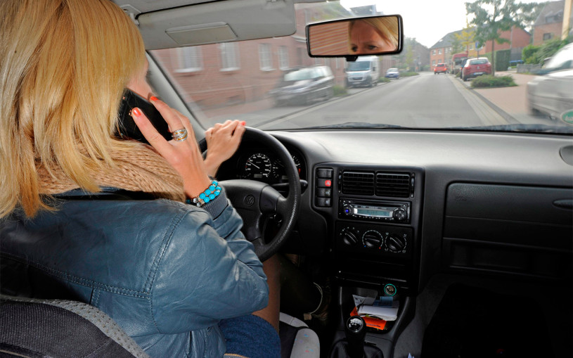 В ГИБДД напомнили о штрафах за использование смартфона за рулем